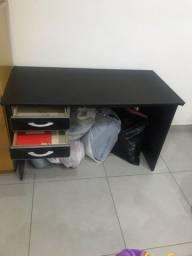 Mesa de escritório nova sem detalhes