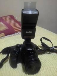 Câmera Sony a3000 com flash externo e cartão de memória