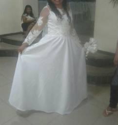 Alugo este lindo vestido de noiva R$350 usado somente uma vez Bairro:Uruara