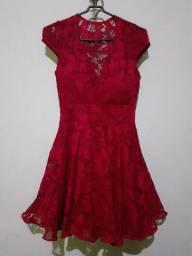 Lindo vestido de renda novo tamanho P de cor vermelho.