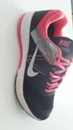 Sapatos sociais e tênis esportivos
