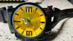relógio analógico da Oakley fundo amarelo