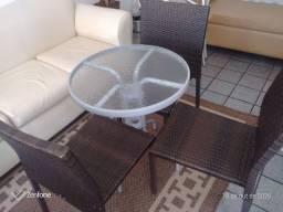 Mesinha de terraço com três cadeiras