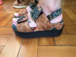 Sandália estilo tamanco, de velcro