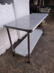 Mesa Lisa em Aço Inox Med. 1,50x0,60x0,90 com prateleira inferior.