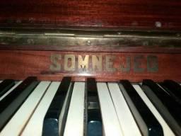 Vende-se piano. Necessita  afinação.  Não  entrego.