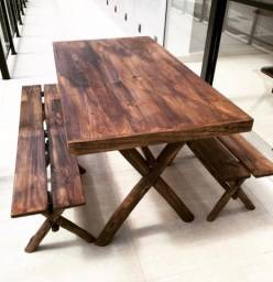 Mesa com dois bancos sem encosto
