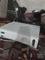 Xbox 360 travado acompanha 2 controles sem fio e 4 jogos
