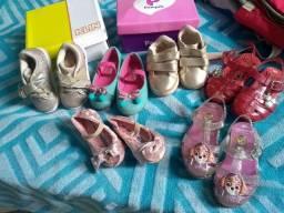 Kit de sapatos e uma bolsa mochila maternidade
