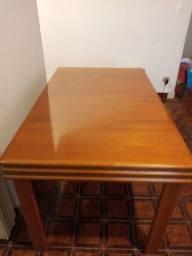 Mesa de jantar em madeira de cerejeira envernizada
