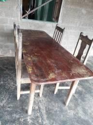 Mesa com 4 cadeiras de madeira.