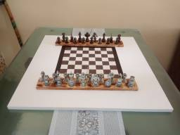 Peças de xadrez com tabuleiro de xadrez