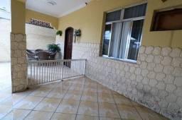Iraja, Casarão, três dormitórios, vaga de garagem para dois carros e quintal