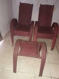Conjunto com 4 cadeiras e uma mesinha de centro