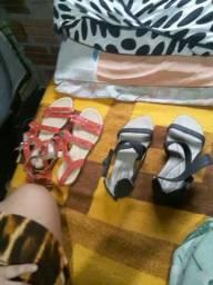 Vendo duas sandálias