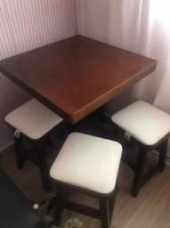 urgente - vende-se mesa com 4 banquinhos em madeira com revestimento em couro.