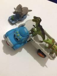 brinquedo carrinho e dinousauro