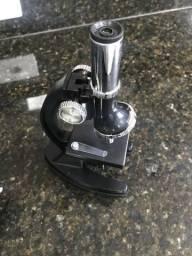 Microscópio educacional laboratorial e estojo. (Microscópio na cor Preta)