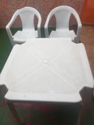 Mesa plástica branca com 2 cadeiras