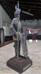 Soldado medieval em metal antigo
