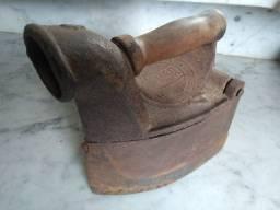 Ferro de passar roupa antigo