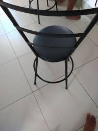 Quatro cadeiras pretas