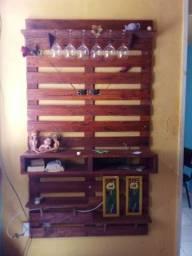 Painel de TV rústico de madeira envernizado em perfeito estado