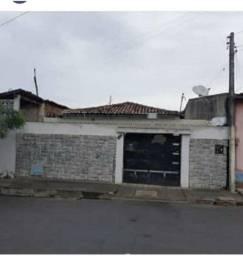 Casa plana no bairro Henrrique Jorge.