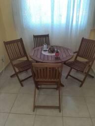Mesa casa e jardim com cadeiras dobráveis