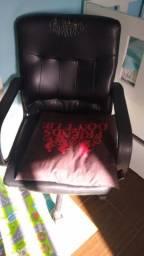 Cadeira para escritório preta e cadeira para mês de estudos azul