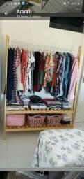 Arara de roupas em Maranguape.