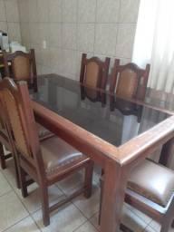 Mesa de madeira com tampo de vidro e caideiras
