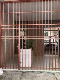 Alugo kitnet com duas suítes localizado a 30 m do colégio Dom Barreto