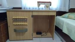 Maquina de costura doméstica Singer com gabinete.