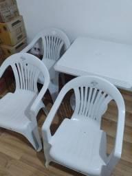 Mesa de plástico com 3 cadeiras de plástico