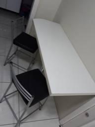 Mesa/bancada com 2 banquetas