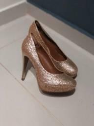 Sapato do scarpin dourado