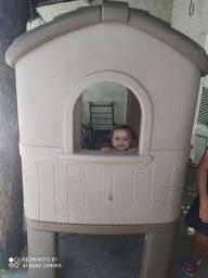 casinha infantil com messa de plastico