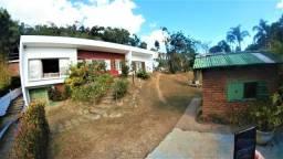 Casa com 04 quartos (2 suítes) com belo terreno no Samambaia