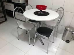 Mesa semi-nova de cozinha