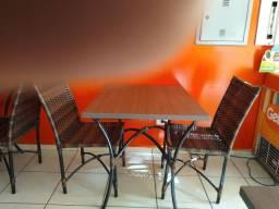 Mesas e cadeiras, panela.