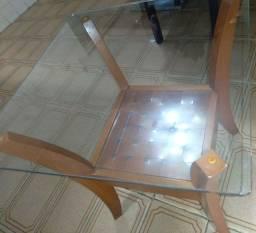 Linda mesa de cento em madeira e vidro