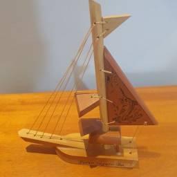 Barquinho a vela em madeira - Lembrancinha Porto Segura Bahia