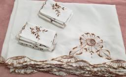 Toalha de mesa em crepe branco bordada com 16 guardanapos  para 16 pessoas