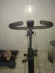 Uma bicicleta de exercícios