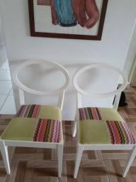 Cadeiras de madeira maciça brancas com colorido