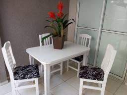 Mesa em Madeira com 4 cadeiras,