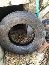 Vendo pneu usado com pequeno cortado