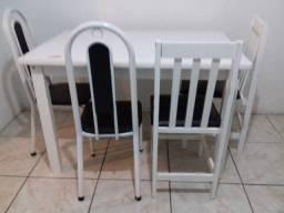 Vendo mesa com as cadeiras