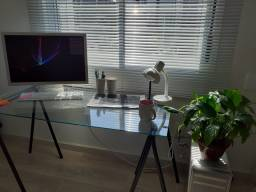 Mesa de vidro com cavaletes